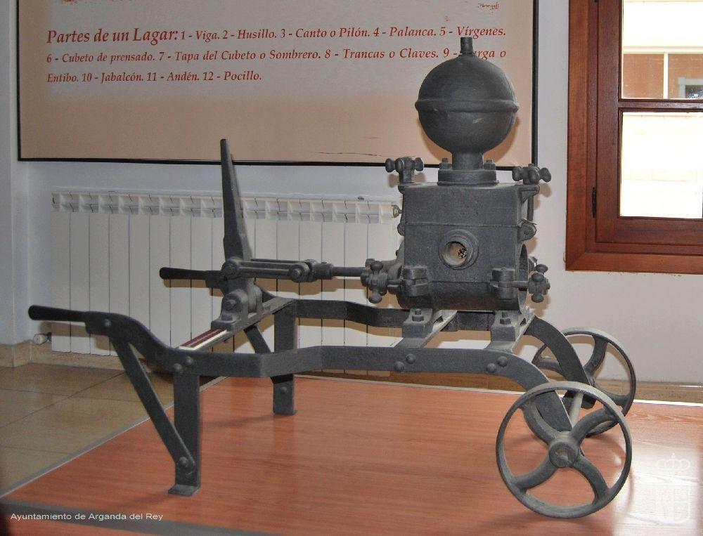 Bomba de trasiego manual. Museo del Vino.
