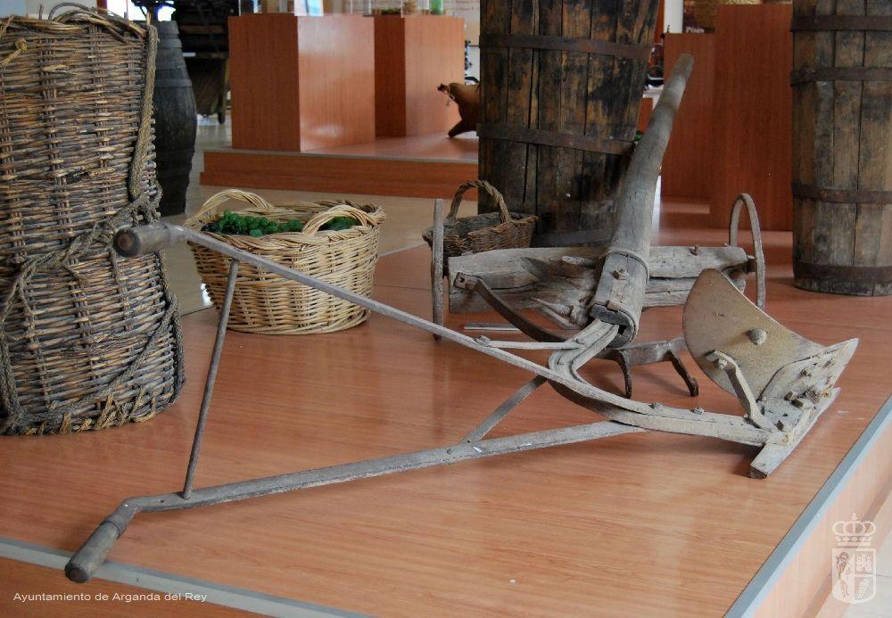 Arado de reja con carro. Museo del Vino.