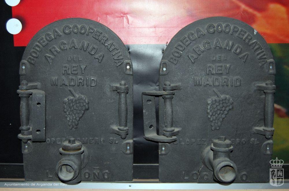 Puertas de las cubas de la antigua cooperativa. 4 unidades. Museo del Vino.