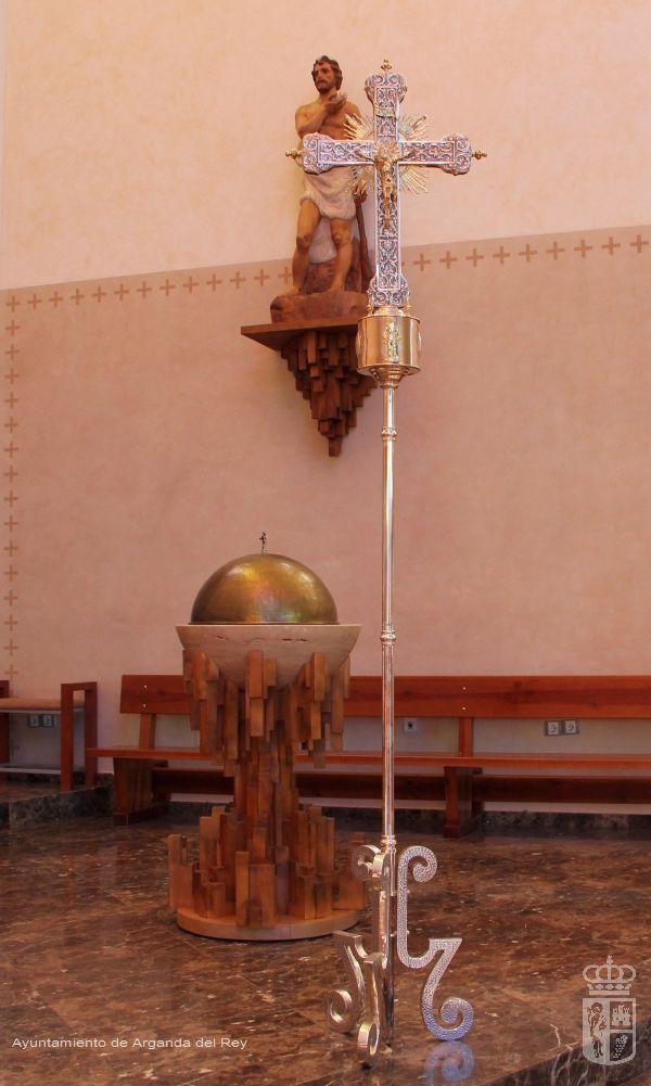 Cruz con pedestal. Iglesia de San Sebastián.