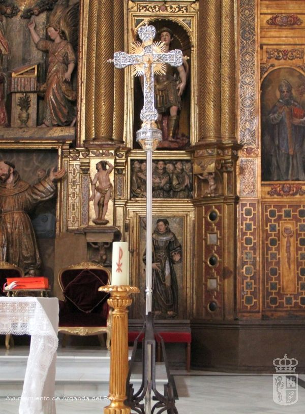 Cruz con pedestal. Iglesia de San Juan Bautista.